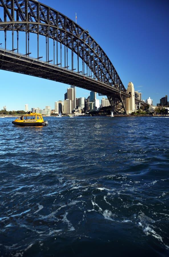 Sydney dat onder de Brug Australië vaart van de Haven royalty-vrije stock foto