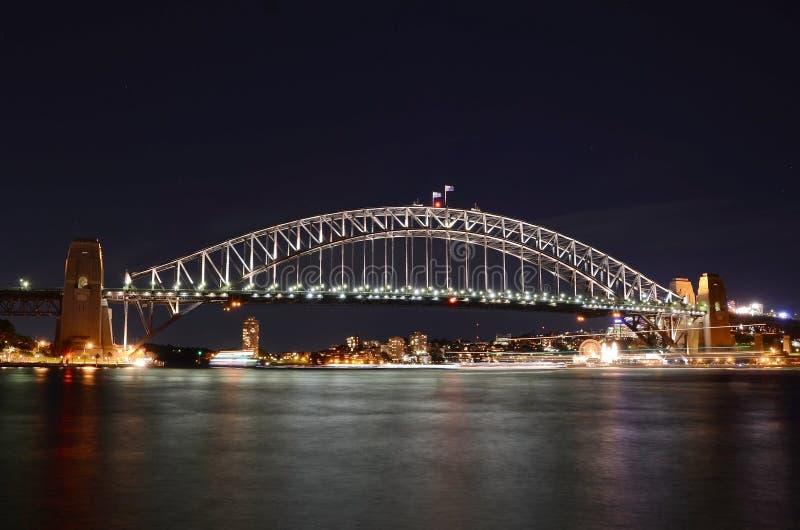 Sydney-Hafen-Brücke nachts lizenzfreie stockfotos