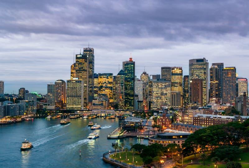 Sydney hamn under blå timme royaltyfria bilder