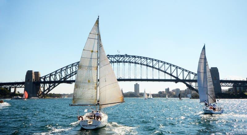 Sydney Harbor Bridge met Zeilboten, Australië stock afbeelding