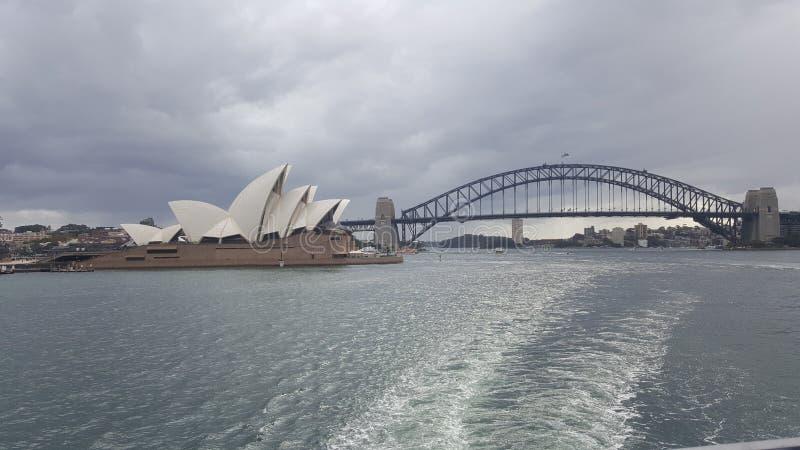 Sydney Harbor y teatro de la ópera imagenes de archivo