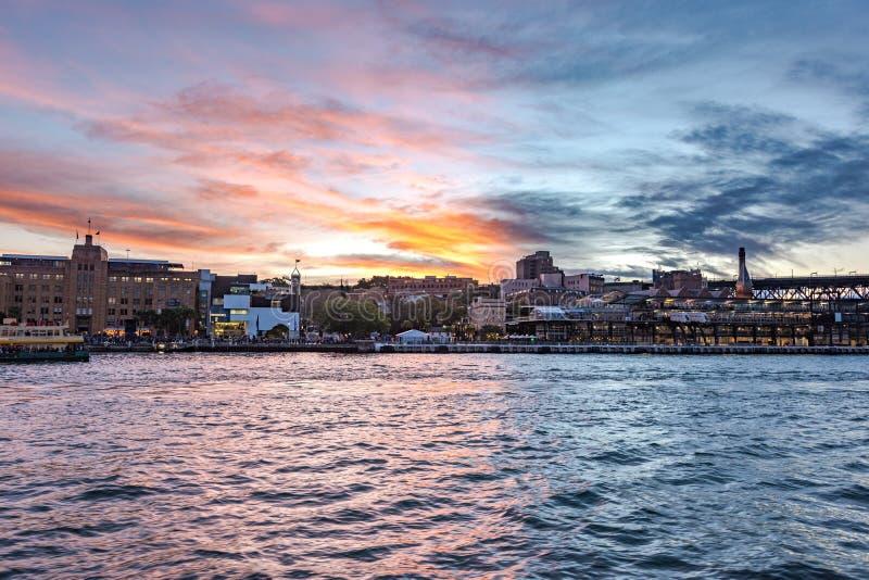 Sydney Harbour avec le ciel pittoresque de coucher du soleil sur le fond photos libres de droits