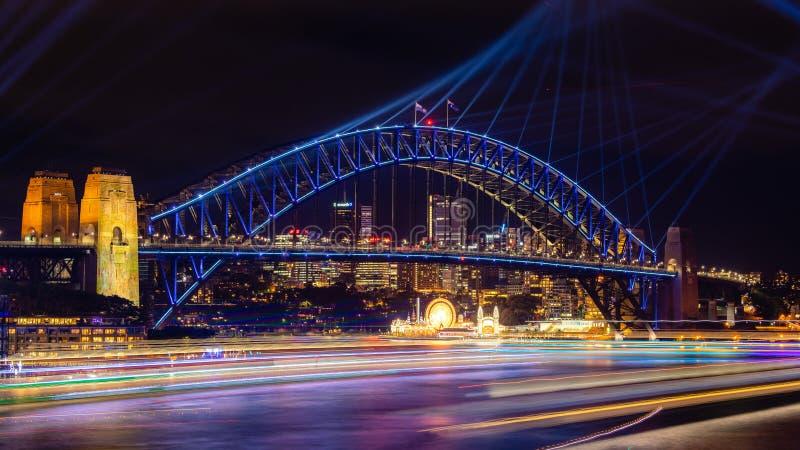 Sydney Harbour Bridge en Sydney Harbour staken omhoog met kleurrijke lichten aan bij het Levendige Festival royalty-vrije stock fotografie