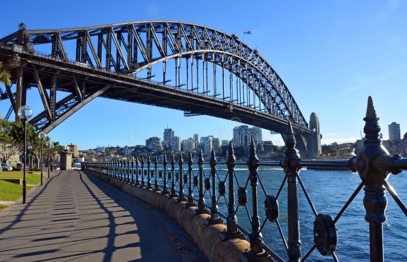 Sydney Harbour Bridge et balustrades de parc de point de Dawes images libres de droits