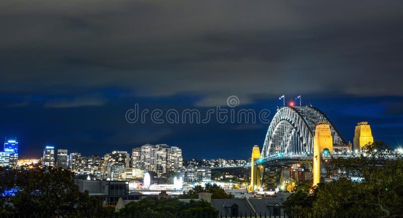 Sydney Harbour Bridge et paysage urbain environnant illuminés la nuit dans l'Australie photos stock