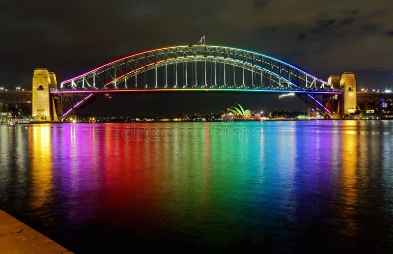 Sydney Harbour Bridge i regnbågefärger arkivbilder