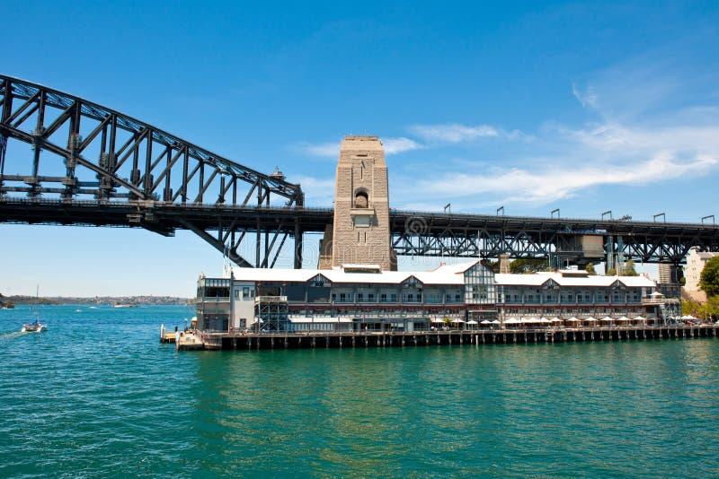 Sydney Harbour Bridge mit Pier One, Handschriftensammlungs-Hotel stockfotografie