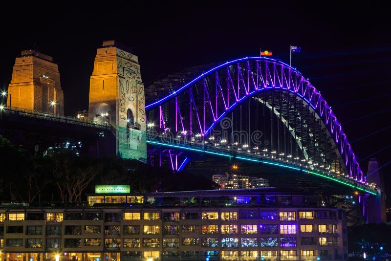 Sydney Harbour Bridge na noite, com 'iluminação colorida de Sydney vívido ' foto de stock royalty free