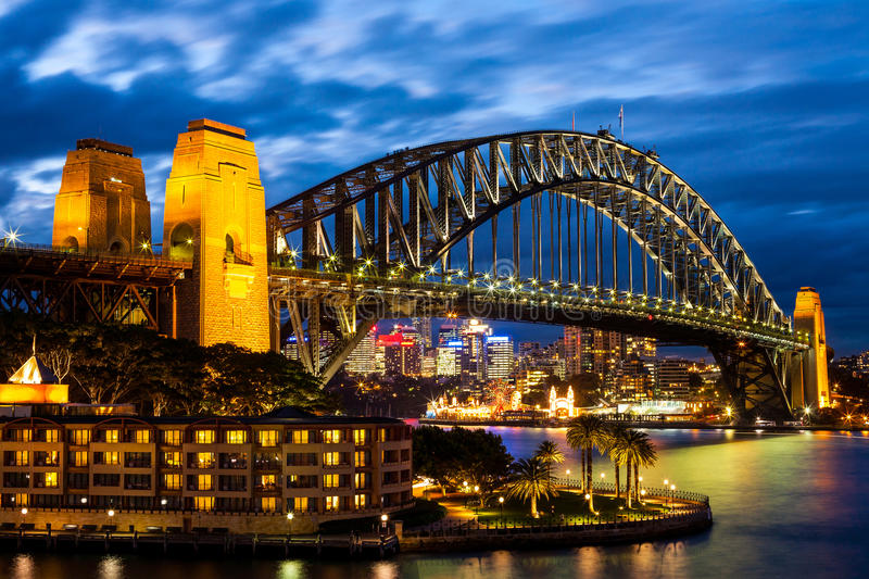 Sydney Harbour Bridge nachts blaues stockfoto