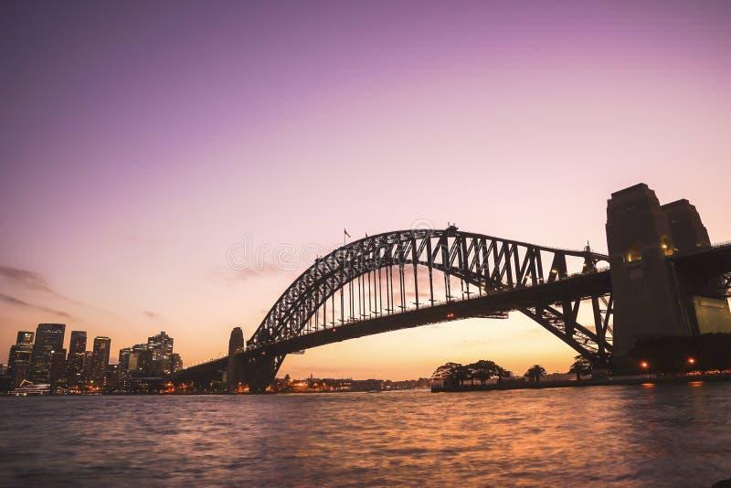 Sydney Harbour Bridge no céu crepuscular colorido O porto Bri imagem de stock