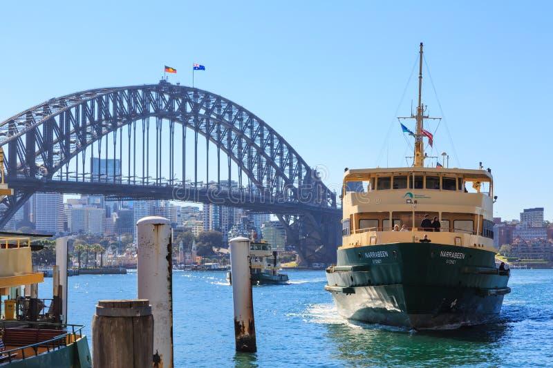 Sydney Harbour Bridge och färja, Australien royaltyfria foton