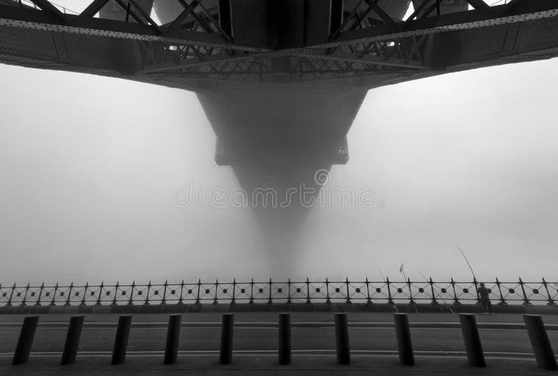 Sydney Harbour Bridge onder de mist stock foto