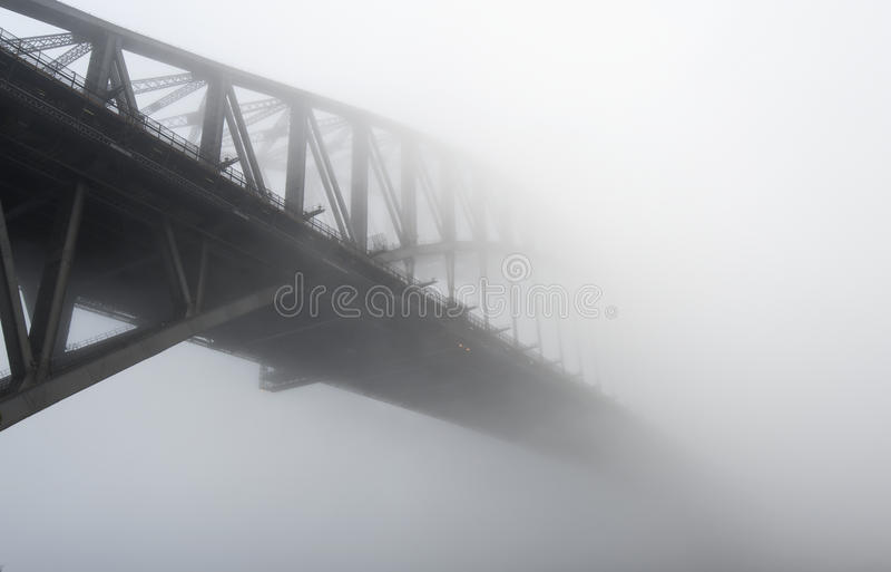 Sydney Harbour Bridge onder de mist royalty-vrije stock foto's