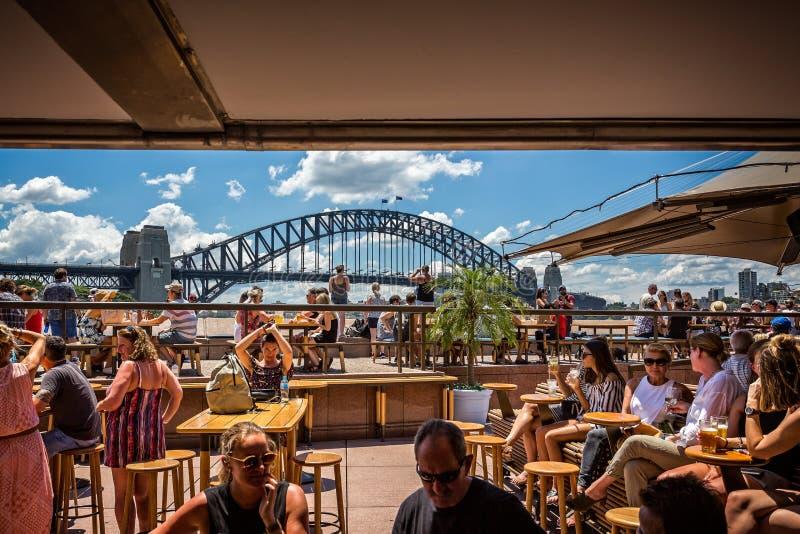 Sydney Harbour Bridge van Sydney Opera House-bar stock foto's