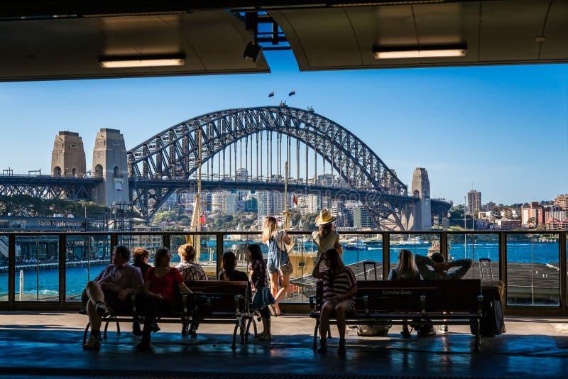 Sydney Harbour Bridge von Kreis-Quay-Station lizenzfreies stockbild