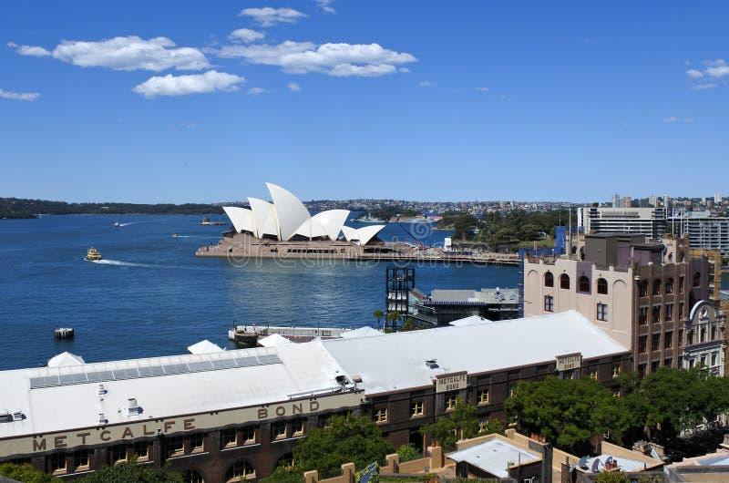 Sydney Harbour con el teatro de la ópera como visión desde las rocas en Sy fotos de archivo libres de regalías