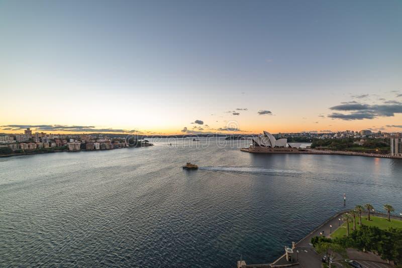 Sydney Harbour con Sydney Opera House en la salida del sol fotos de archivo