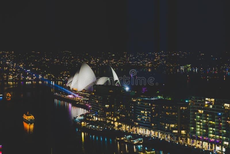 Sydney Harbour e o teatro da ópera durante as celebrações a de NYE imagens de stock royalty free