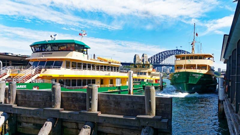 Sydney Harbour Ferry und Hafen-Brücke, Sydney, Australien stockbild