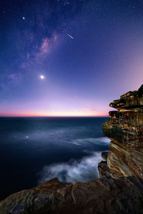 Sydney-Küste bis zum Nacht mit sternenklarem Milchstraßehimmel lizenzfreie stockfotos