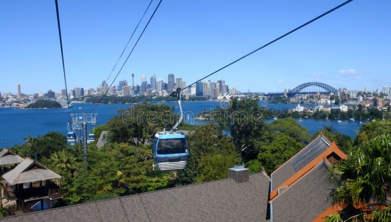 Sydney linia horyzontu od wagonu kolei linowej w Taronga zoo Sydney Nowych południe obrazy stock