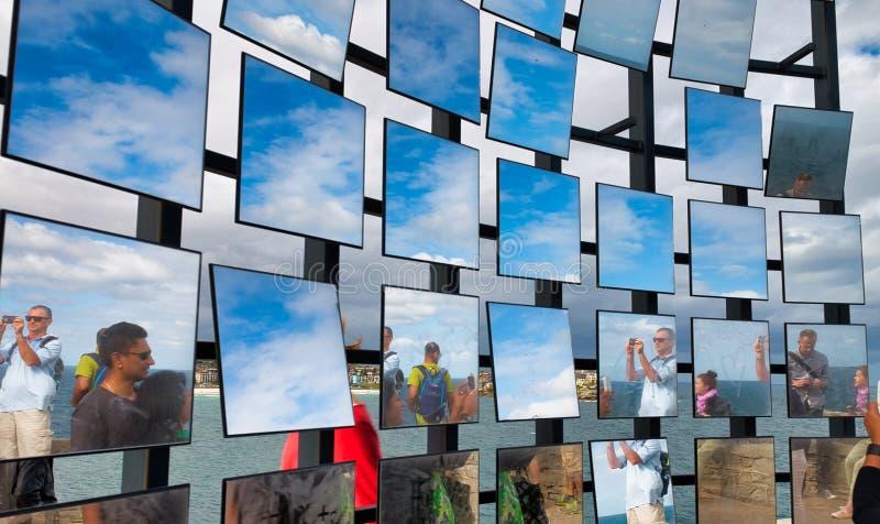 SYDNEY, LISTOPAD - 6, 2015: Pi?kny widok Bondi pla?y deptak z kolekcja sztuki ekspozycj? na chmurnym dniu Sydney przyci?ga obraz stock