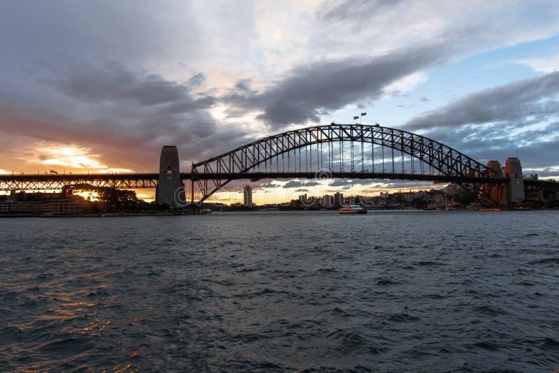 Sydney, NSW/Australia: Zmierzch nad schronienie mostem obrazy stock
