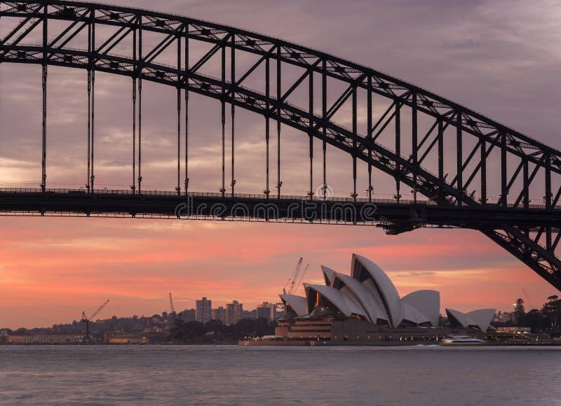 Sydney Opera House durante la subida de Sun imagen de archivo