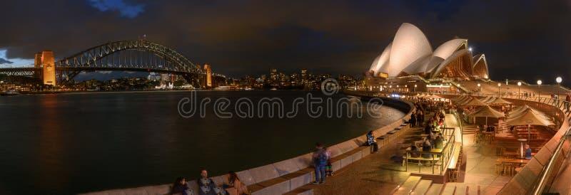 Sydney Opera House e porto gettati un ponte su, Sydney, Australia fotografia stock