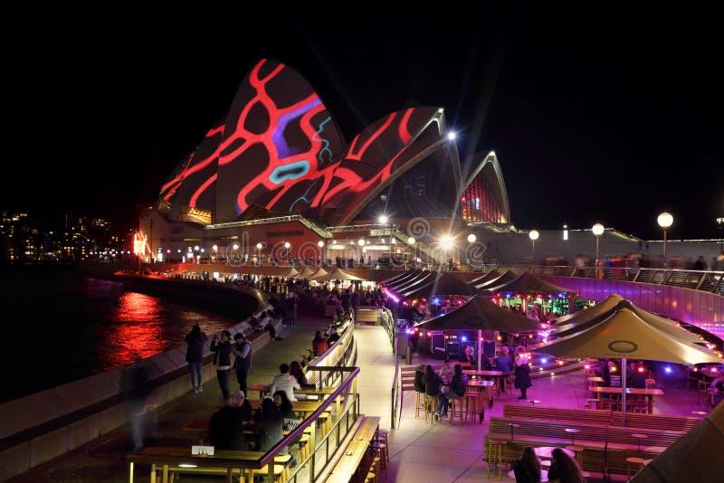 Sydney Opera House en Operabar in voorgrond Levendig Sydney stock afbeelding