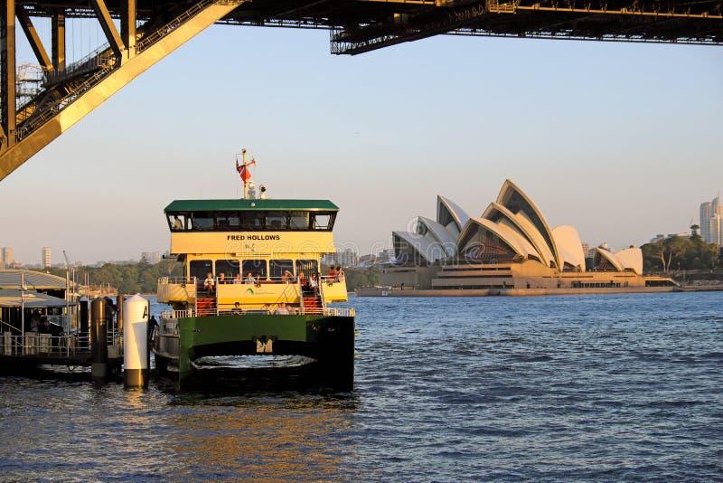 Sydney Opera House et un ferry de port au coucher du soleil, Australie images libres de droits