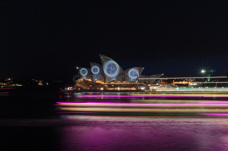 Sydney Opera House exponerade under livlig Sydney ljusfestival med effekt f?r ljus f?r suddighet f?r kryssningfartygr?relse arkivfoto
