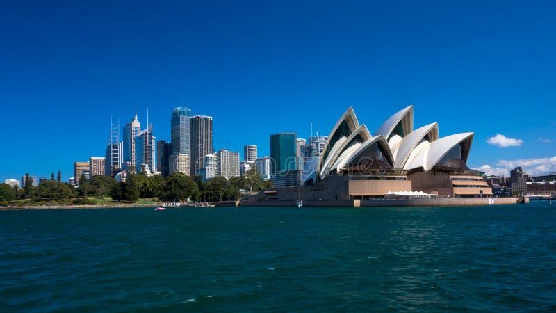 Sydney Opera House ha osservato dall'acqua fotografia stock
