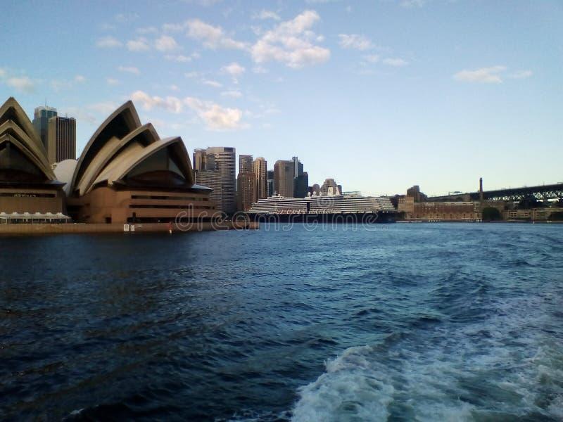 Sydney Opera House in Sydney Harbour met een oceaancruisevoering op de achtergrond birthed bij Cirkelkade, Sydney, Australië royalty-vrije stock afbeeldingen