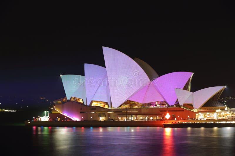 Sydney Opera House i pastellsignaler för livliga Sydney arkivfoton