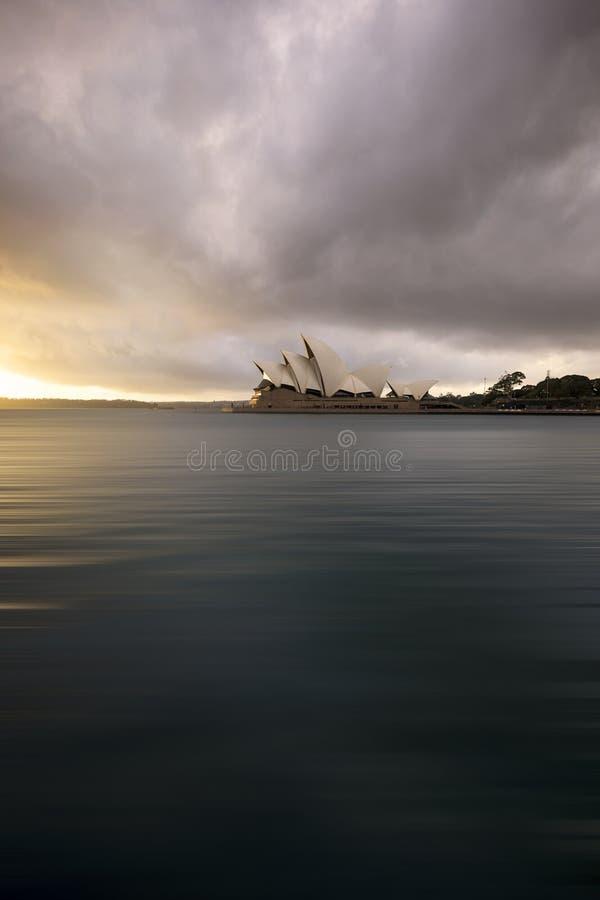 Sydney Opera House ic?nico en la salida del sol imágenes de archivo libres de regalías