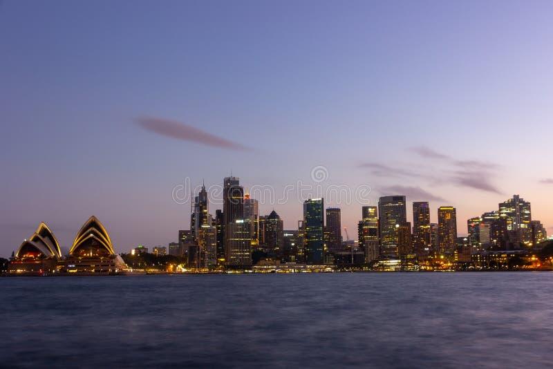 Sydney Opera House illumnitated vid ljus på natten royaltyfri fotografi