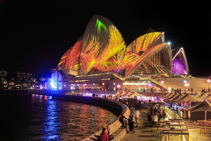 Sydney Opera House iluminou com 'o Sydney vívido 'que ilumina a exposição fotos de stock