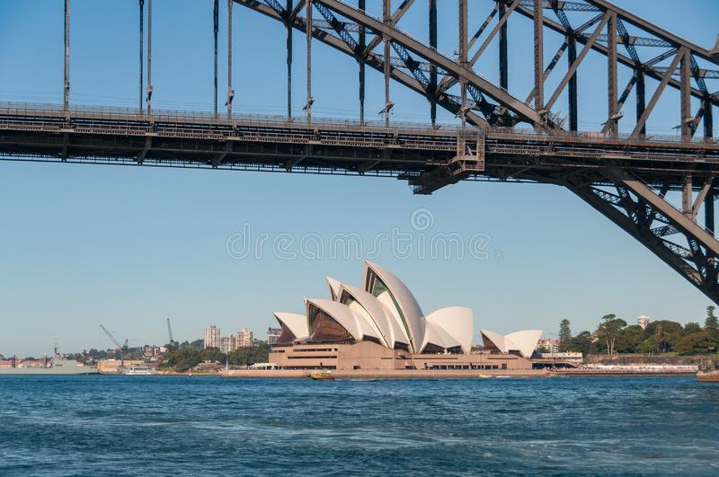 Sydney Opera House med Sydney Harbour Bridge på solig dag royaltyfria bilder