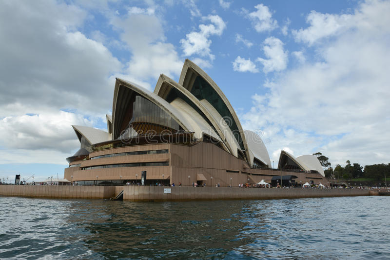 Sydney Opera House-mening van de boot die de rivier kruisen stock foto's