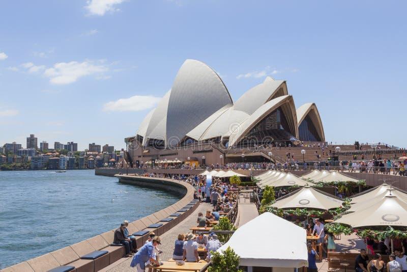 Sydney Opera House met Operabar royalty-vrije stock foto