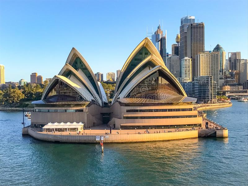 Sydney Opera House na margem do porto fotografia de stock royalty free