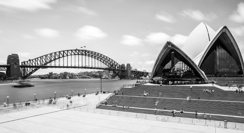 Sydney Opera House och hamnbro i svartvitt arkivbilder