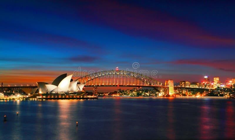 Sydney Opera House och hamnbro på solnedgången royaltyfri fotografi
