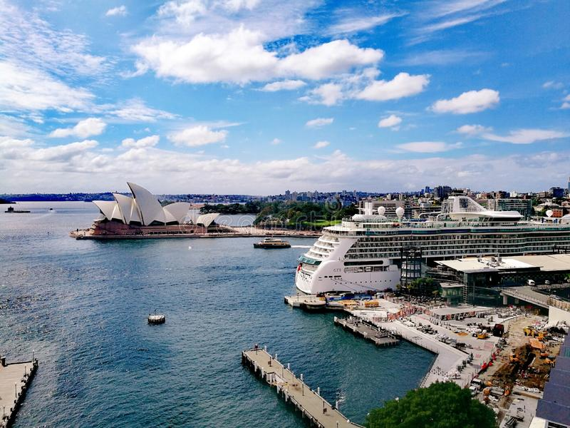 Sydney Opera House och kryssning arkivfoto
