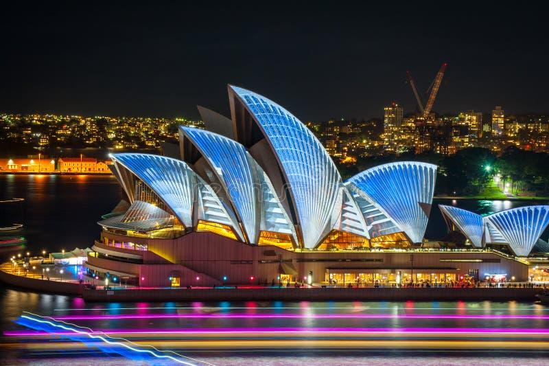 Sydney Opera House stak omhoog in heldere kleuren aan bij nacht bij het Levendige Lichte festival stock foto