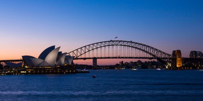 Sydney Opera House und Hafen-Brücke bei Sonnenuntergang stockfotos
