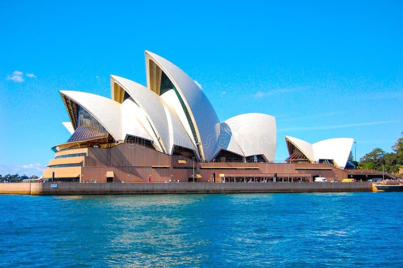 Sydney opera, jest miejsca wydarzenia przedstawieniami centre w Sydney, Nowe południowe walie z niebieskiego nieba tłem fotografia royalty free