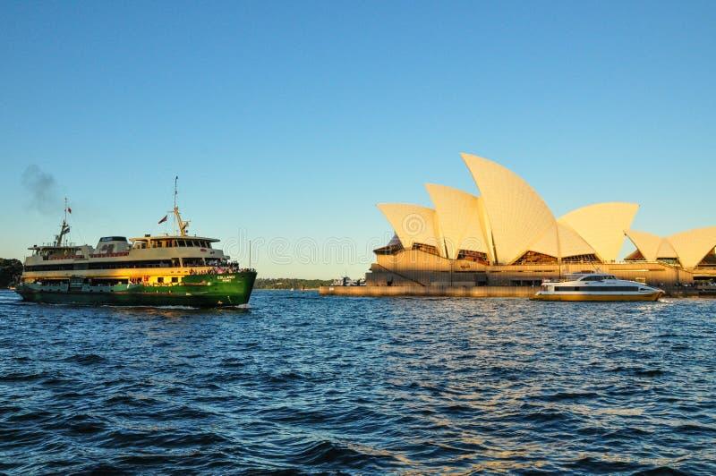 Sydney opera, jest miejsce wydarzenia przedstawieniami centre z Zielonym ferryboat w Sydney schronieniu fotografia royalty free