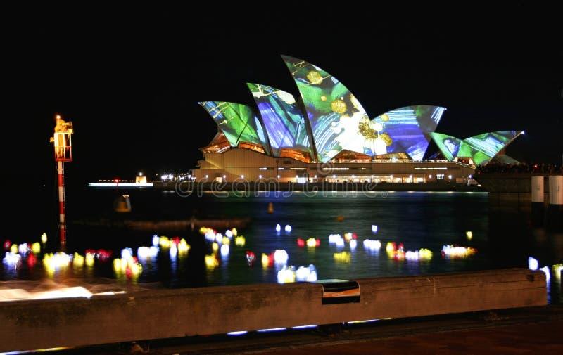 Sydney operahus, Australien, färgade lampor royaltyfria foton